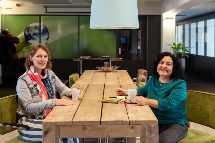 Ina van Zwol (r) en Marin Duman zijn de drijvende krachten achter Samen Oplopen.
