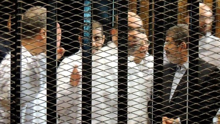 Mohammed Morsi (rechts) staat samen met andere leden van de Moslim Broederschap voor de rechtbank in Caïro. Beeld epa