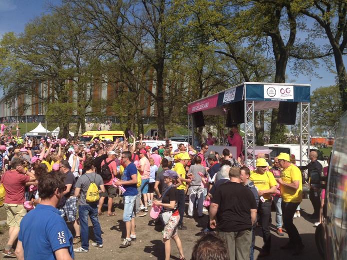 Wielerfanaten bij de startlocatie van de Giro d'Italia