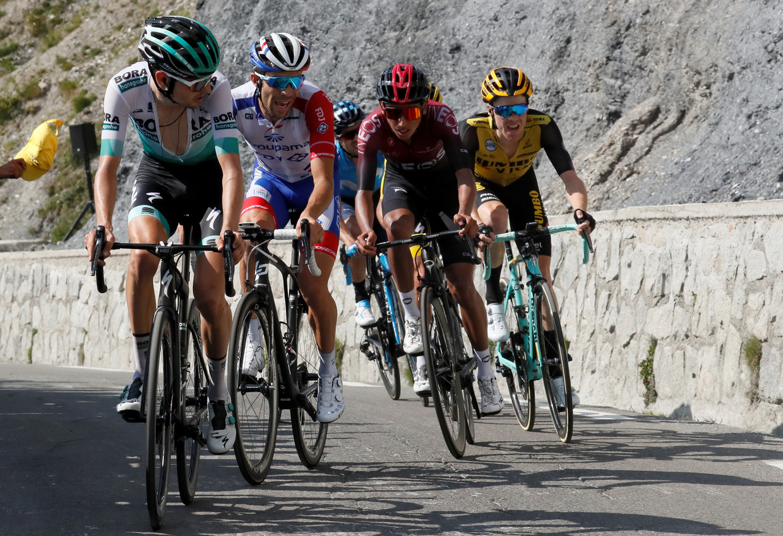 Van links af Buchmann, Pinot, Landa, Bernal en Kruijswijk op de flanken van de Tourmalet zaterdag.  Verscholen achter Bernal: Alaphilippe. Beeld Reuters