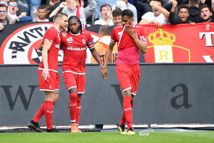 De spelers van Antwerp vieren feest.