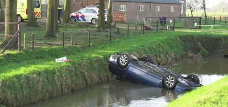 Vuilnismannen redden bestuurder uit auto na crash in water bij Olst