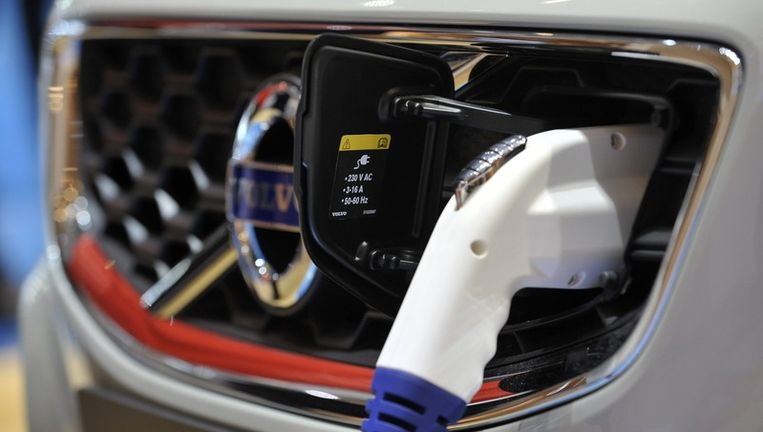Een elektrische auto 'tankt' brandstof. Beeld epa