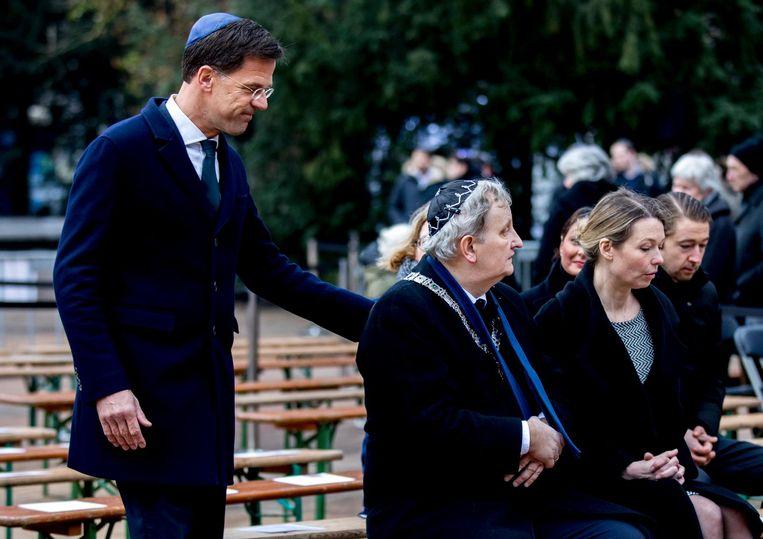 Premier Mark Rutte begroet burgemeester van Amsterdam Eberhard van der Laan tijdens de Nationale Holocaust Herdenking in januari van dit jaar Beeld ANP
