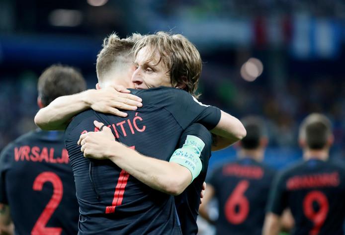 Ivan Rakitic en Lukas Modric omhelzen elkaar.