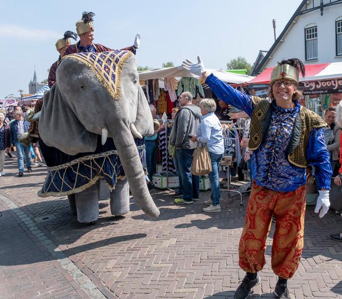 Een levensgrote pluche olifant liep zaterdag door Renesse.