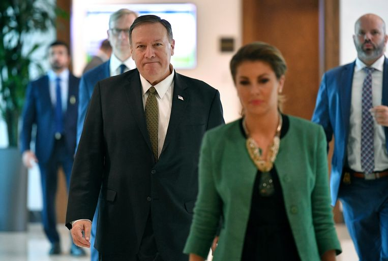 De Amerikaanse minister van Buitenlandse Zaken Mike Pompeo met zijn woordvoerster Morgan Ortagus (rechtsvoor).
