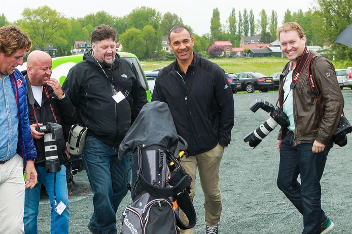 Paparazzo Ferry de Kok (links van Ruud Gullit) tijdens een liefdadigheidsevent met collega's Dennis van Tellingen (rechts) en Reni van Maren en Edwin Smulders (uiterst Links).