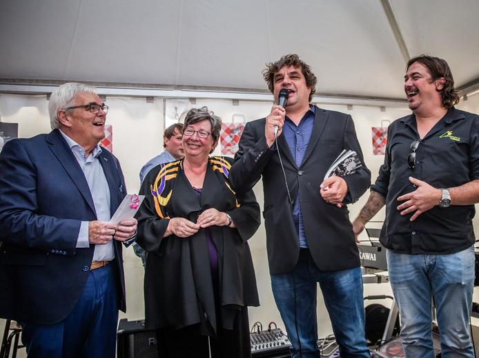 Sjaak Lammers, links op de foto, bij de uitreiking van het boek dat werd gemaakt voor het vijftigjarig bestaan van de cafetaria.