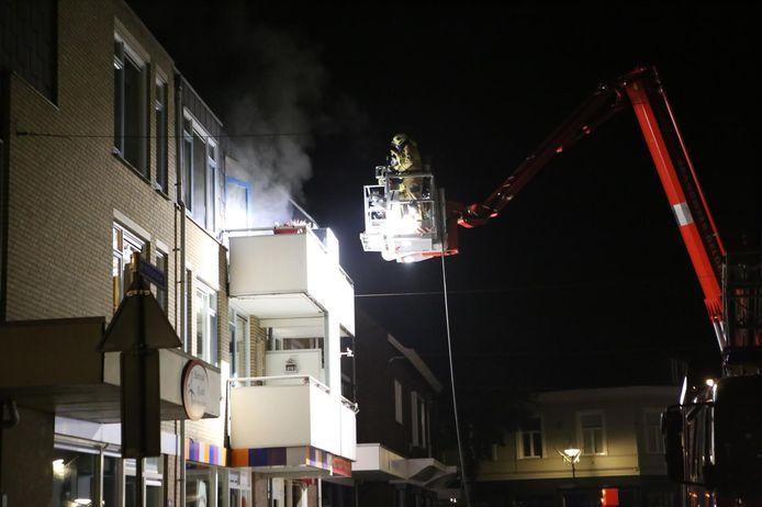 De brandweer probeert het vuur via een hoogwerker te blussen in Didam.