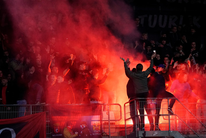 De sfeeractie van de Helmond Sport- én Burnley-fans rondom de wedstrijd tegen TOP Oss.
