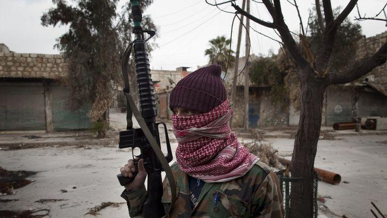 Een gemaskerde Syrische rebel in het Hanano-gebied ten noorden van de stad Aleppo. Beeld ANP