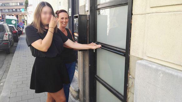 Nathalie (rechts) en haar dochter Laura, die niet herkenbaar in beeld wilde, moesten uit alle macht hun voordeur dicht houden zodat de inbreker niet kon ontsnappen.