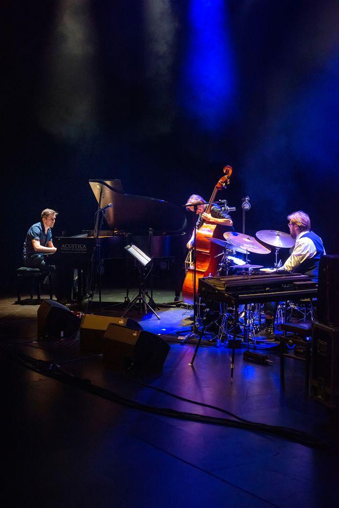2019: Podium Bloos aan de Speelhuislaan in Breda is het decor voor het Sound of Europe festival, grenzeloze muziek van Europese topmusici, georganiseerd door Stichting Beaux Jazz. Op beeld Franz von Chossy op piano, Clemens van der Feen op bas en Kristijan Krajncan op drums.