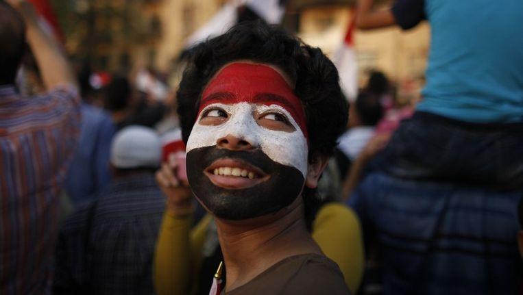 Een Egyptische jongen met de kleuren van de vlag op zijn gezicht op het Tahrirplein. Beeld reuters