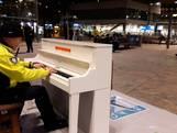 Toezichthouder NS bespeelt piano Rotterdam CS
