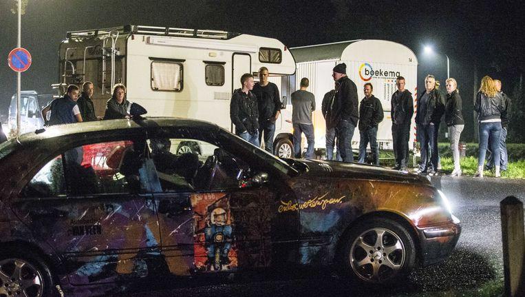 Inwoners van Oranje staan oog in oog met een taxi met asielzoekers. Beeld anp
