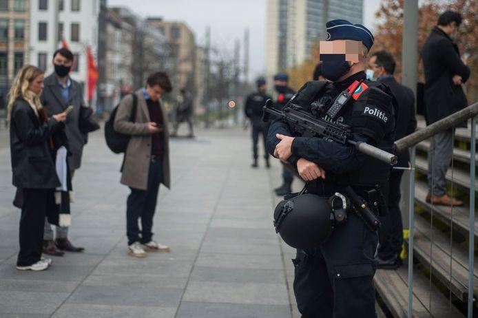Zwaarbewapende agenten houden op de Bolivarplaats aan het justitiepaleis de wacht.