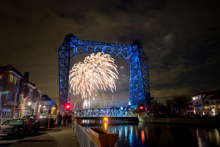 WILLEBROEK - De Vredesbrug van Willebroek, wiens verjaardag werd gevierd met vuurwerk en een concert van Brass Band Willebroek