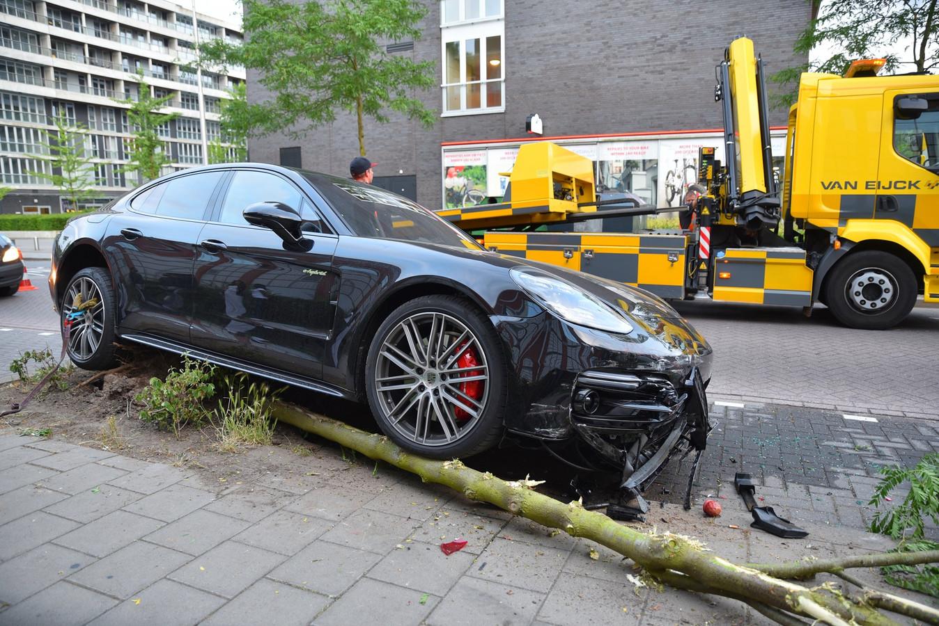 Een ravage in Tilburg, vorig jaar, toen de bestuurster van een Porsche Panamera bij het inparkeren per ongeluk het gaspedaal intrapte in plaats van de rem