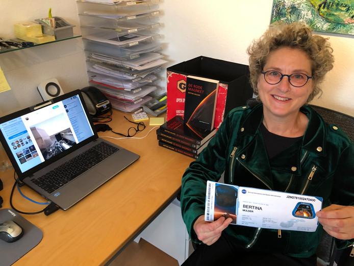 Bertina Mulder uit Epe met haar boarding pass. Op het beeldscherm de eerste scherpe foto die InSight maakte op Mars.