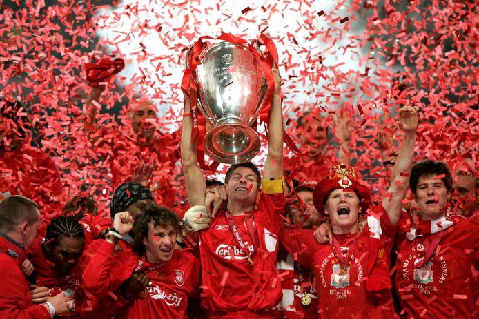 Liverpool-aanvoerder Steven Gerrard tilt de beker op.