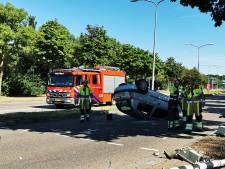 Auto belandt op kop in Nijmegen, vrouw gewond