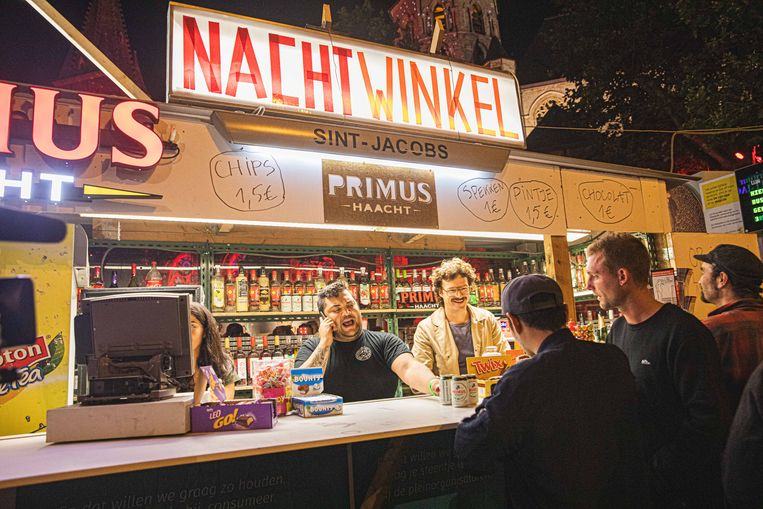 Edmond Cocquyt (rechts) opende vorig jaar een nachtwinkel in het buskot aan Sint-Jacobs en doet dat dit jaar opnieuw.