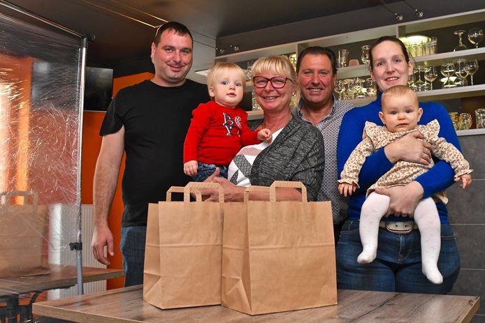 Het afhaalpunt in Frituur Marianne met Andy Bogaert, Marianne Vanhecke, Stephane Bogaert en Barbara Breine met de kleine Stan (4,5 jaar) en Lotte (8 maanden).