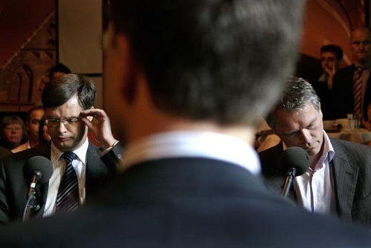 Lijsttrekkers Jan Peter Balkenende (L, CDA), Mark Rutte (M, VVD) en Wouter Bos (R, PvdA) zondagmiddag tijdens het lijsttrekkersdebat in cafe Dudok in Den Haag. (ANP) Beeld ANP