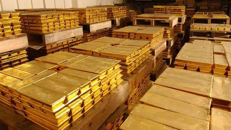 Goudstaven liggen opgeslagen in de HSBC-kluis in Londen, 2007. Munich Re heeft niet alleen geld van de bank gehaald, maar ook een onbekende hoeveelheid goud aangekocht. Beeld Reuters