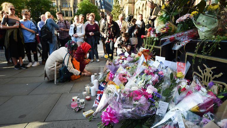 Mensen leggen bloemen bij het stadhuis in Manchester Beeld epa
