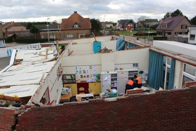 De meester had tijdens de speeltijd het dak al zien wapperen. De kinderen werden vervolgens overgebracht naar de eetzaal.