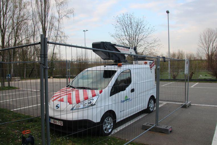 De mobiele hoogtewerker staat momenteel nog veilig opgeborgen achter enkele hekkens.