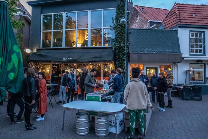 Café The Livingroom heeft noodgedwongen moeten stoppen met versterkte livemuziek, na aanhoudende klachten over geluidsoverlast. Wethouder Dogger gaat nu met het café en de buurman in gesprek.