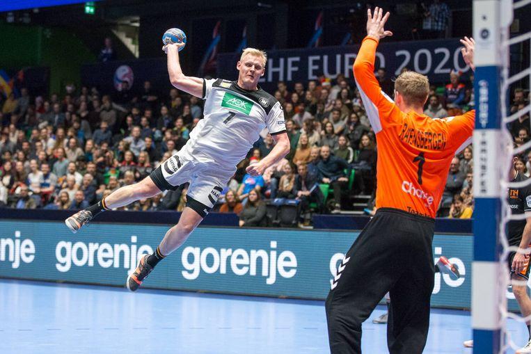 De Duitser Patrick Wiencek belaagt de Nederlandse doelman Bart Ravensberger. Beeld BSR Agency