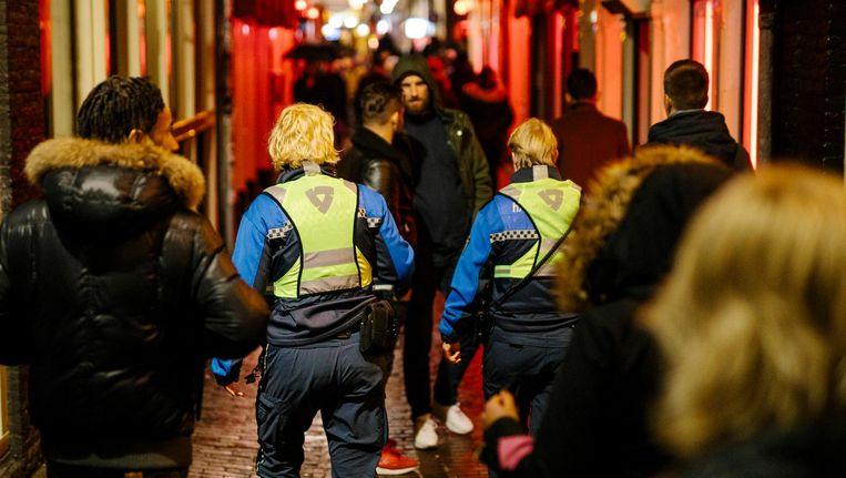 Handhavers Annemarie en Tess tijdens hun ronde over de Wallen. Beeld Marc Driessen