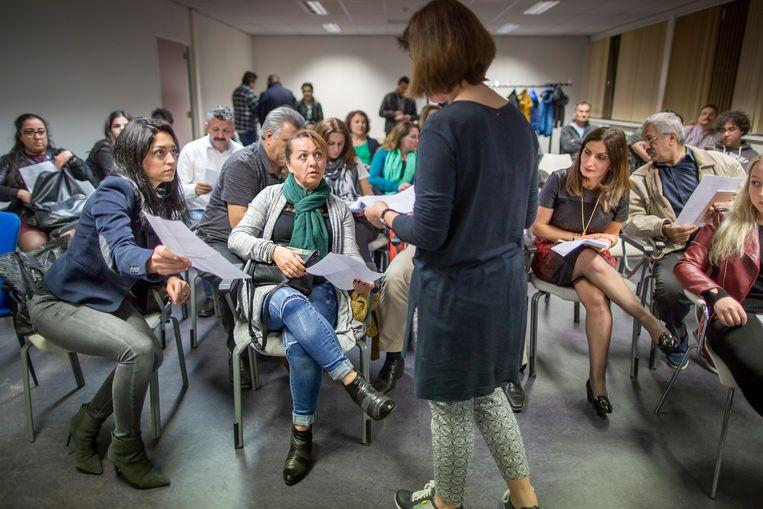 Nalan Liv legt uit wat beslist niet mag als in Nederland gestemd gaat worden. Beeld Herman Engbers