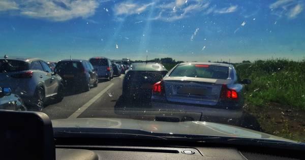 Tientallen autos op de vluchtstrook blokkeren hulpverleners die met spoed op weg zijn naar ongeval.