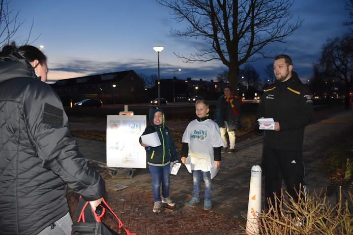 Leerlingen van het Kofschip delen flyers uit aan ouders om hen erop te attenderen dat ook in de directe omgeving van de basisscholen niet meer gerookt mag worden.
