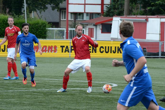 Dominique Scholten aan de bal voor JVC Cuijk tegen FC Waldkirch.