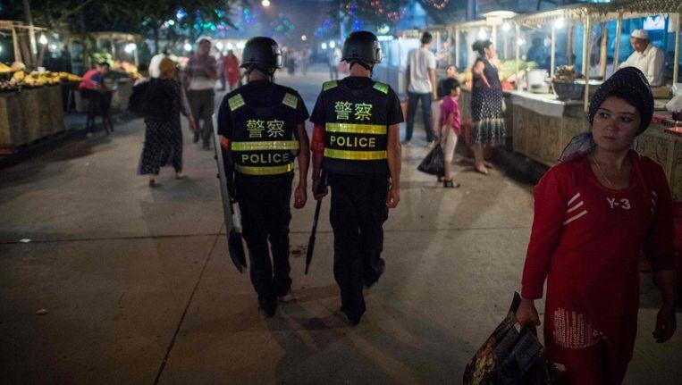 Chinese agenten patrouilleren in Kashgar in de onrustige provincie Xinjiang. Beeld afp