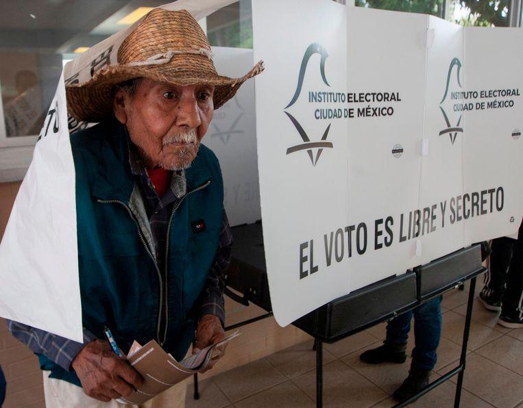 Een man heeft net zijn stem uitgebracht in Mexico-stad.
