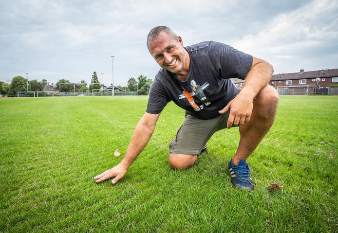 Grasmeester Luuk van Wingerden op het groene veld.
