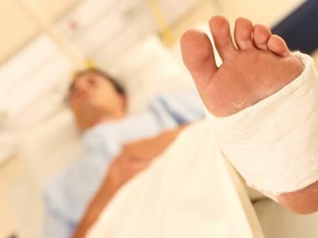 Achtjarige jongen raakt met voet bekneld in een schommel op Urk en breekt zijn been