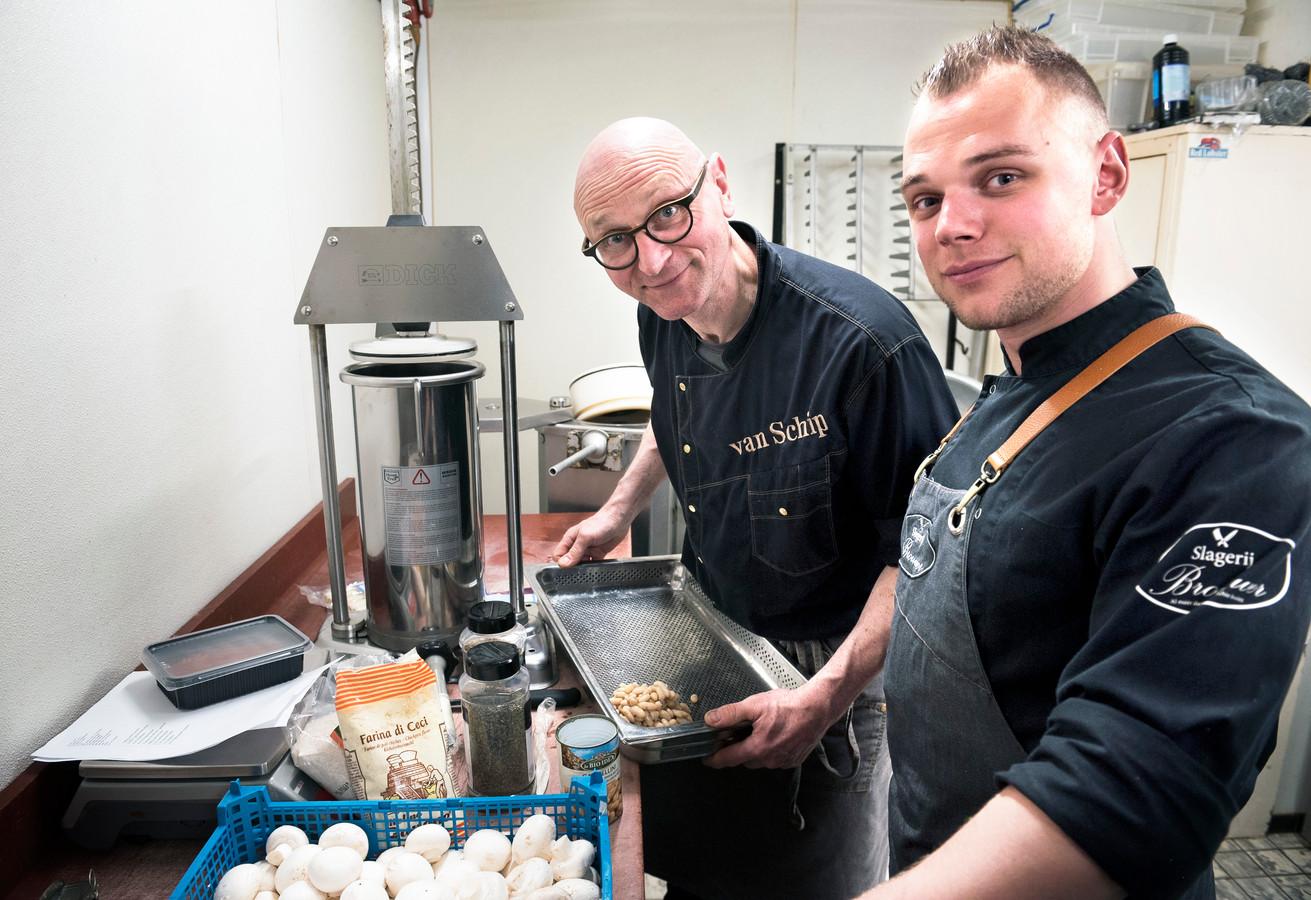 Twee generaties slagers, Dick van Schip (links) en Niels Brouwer, maken worst met vegetarische ingrediënten vanwege de teruglopende vraag naar vlees.