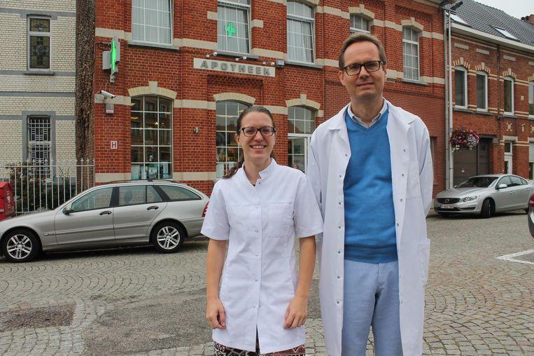 Chris Van Pevenage en Jo Trap voor hun apotheek aan het Itterbeekse Kerkplein.