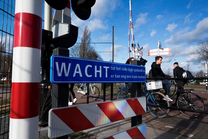 De nieuwe spoorwegovergang van de Uithoflijn bij de Koningsweg.