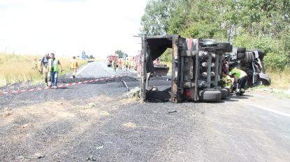 Vrachtwagen kantelt en verliest lading asfalt: snelweg A19 in Ieper volledig afgesloten