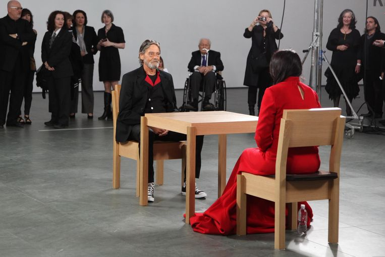 Ulay neemt in 2010 plaats tegenover Marina Abramovic bij haar performance The Artist is Present in MoMA, New York. Beeld Getty